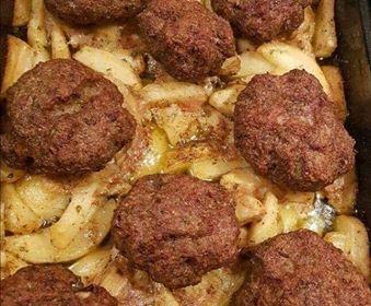 Μπιφτέκια με πατάτες στοφούρνο